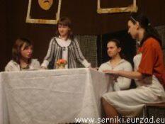 Drugi obrazek pokazujący przedstawienie teatralne